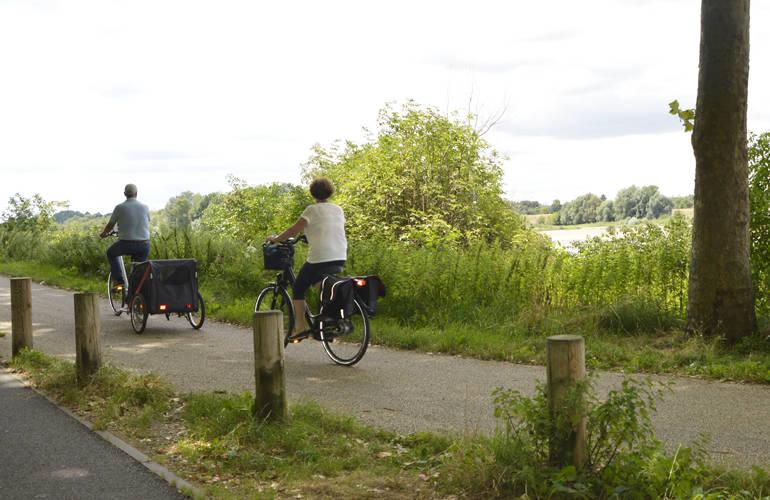 Deux personnes font du vélo sur les bords de Loire.